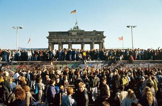 ▲ 1989년 11월 9일 베를린 시민들이 부란덴부르크문에 모여 베를린 장벽 붕괴를 자축하고 있다. ⓒ프레시안 자료사진