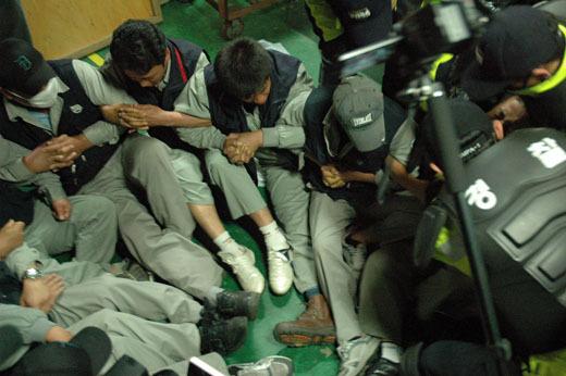 ▲ 2011년 5월 25일 유성기업 노동자들이 파업 현장에서 강제로 끌려나오고 있다. ⓒ프레시안 자료사진