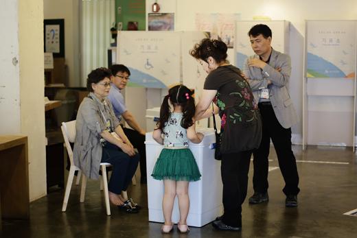▲6.4 지방선거에서 한 유권자가 딸아이의 손을 잡고 투표하고 있다. ⓒ프레시안(최형락)
