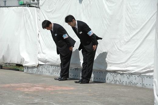 ▲탈선사고 현장에서 상주하며 방문자들에게 예를 올리는 JR서일본 직원들 ⓒ박흥수