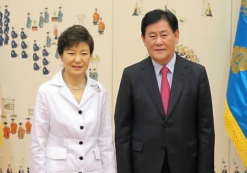 ▲ 박근혜 대통령과 최경환 경제부총리는 대출로 돈을 공급하는 일명 '부채 주도 성장 정책'을 통한 경제 살리기에 나섰다. ⓒ연합뉴스