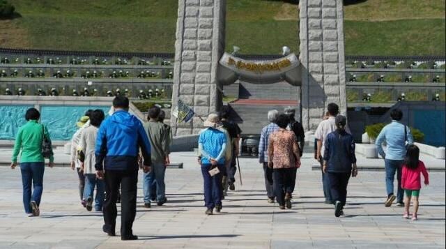 ▲ 성공회 생명평화도보순례단이 광주 5.18민주묘지를 찾았다.ⓒ성공회 생명평화도보순례단
