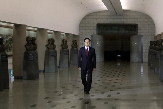 ▲지난 2010년 5월 24일 용산 전쟁기념관에서 천안함 사건과 관련한 특별담화를 발표하기 위해 걸어가고 있는 이명박 대통령. ⓒ청와대