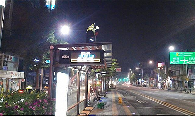 ▲한 노동자가 3m 높이의 버스 승차대 지붕 청소 작업을 하고 있다. ⓒ서울일반노조 버스중앙차로분회