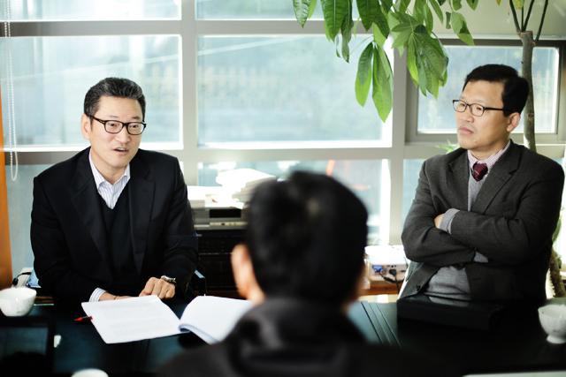 ▲ 김용진 서강대 교수(왼쪽), 윤태범 방송통신대 교수(오른쪽). ⓒ프레시안(최형락)