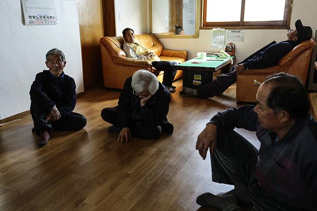 ▲ 마을 회관에 모인 강정리 주민들. ⓒ프레시안(최형락)