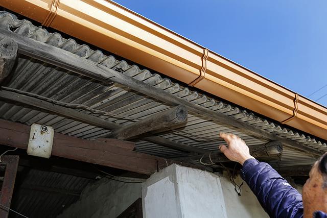 ▲ 마을에는 아직도 석면이 포함된 슬레이트 지붕이 남아 있다. ⓒ프레시안(최형락)