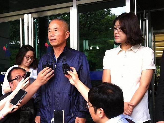 ▲ 고 황유미 씨의 아버지 황상기 씨가 지난해 8월 21일 '직업병 소송'에서 승소한 후 서울고등법원 앞에서 소감을 밝히고 있다. ⓒ프레시안