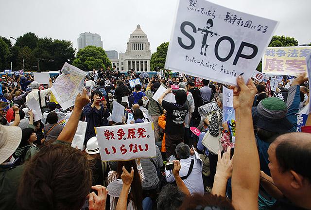 지난 8월 30일 일본 도쿄에 위치한 국회의사당 앞에서 안보법제 제정 반대 시위가 열렸다.